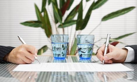 Tegenover elkaar tekenen bij echtscheidingsadvocaat